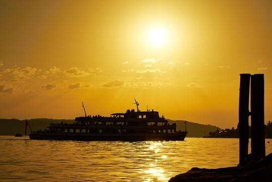 Schiff am Bodensee bei Sonnenuntergang